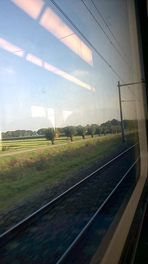 Met de trein - onderweg - doorklieft landschap