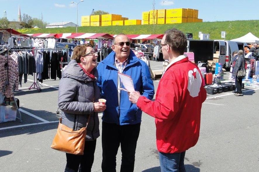 2016 Jack Steeghs als SP in gesprek met marktbezoekers, Zaltbommel 1 mei